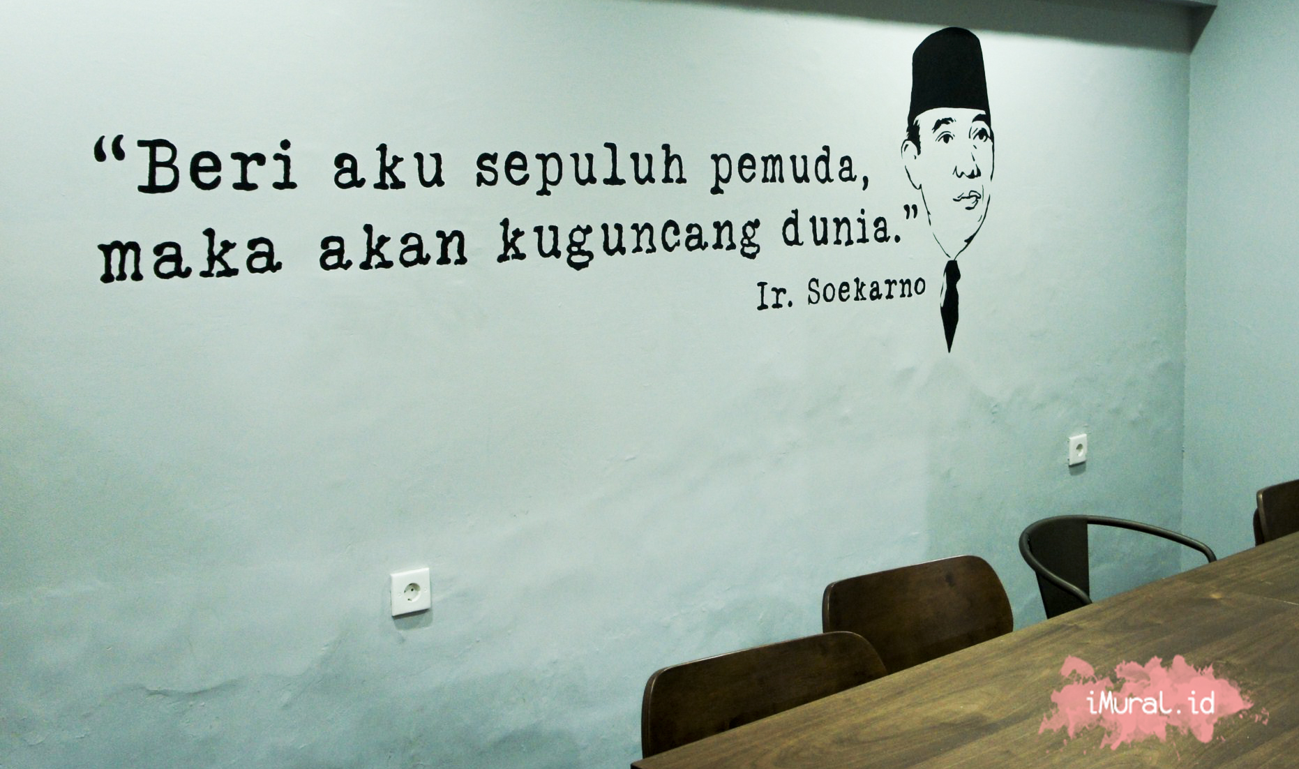 Bahasa mural hitam putih berupa quote soekarno wall dinding for Mural indonesia